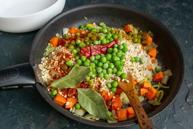 Приправляем перловку и овощи