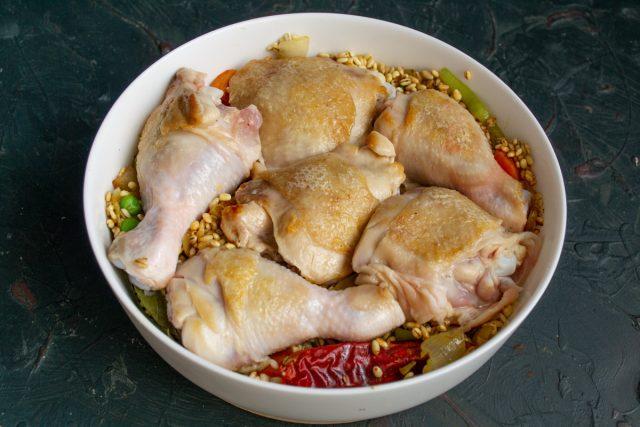 Выкладываем в форму курицу, наливаем горячий бульон и отправляем в разогреваем духовой шкаф