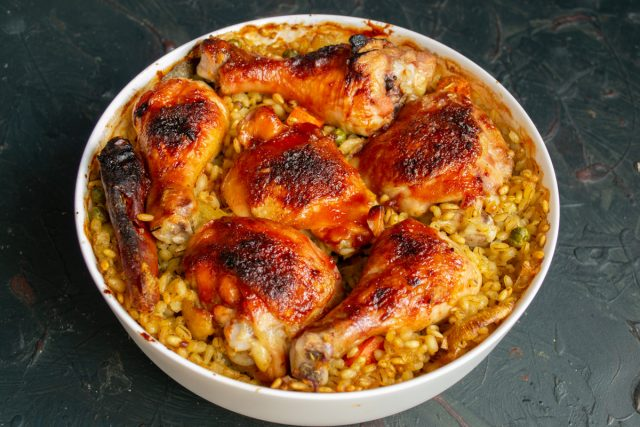 Простая курица с перловкой и овощами в духовке готова