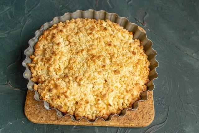 Plăcinta de mere simplă cu streusel este gata