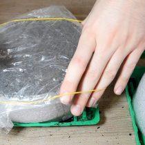 Засыпаем семена слоем грунта. Делаем «парничок» – накрываем улитку с посадками полиэтиленовым пакетом и фиксируем канцелярской резинкой
