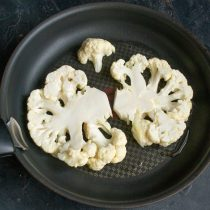 Ломтики капусты обжариваем 3 минуты с одной стороны