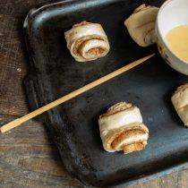 Ароматные сдобные булочки с корицей и сахаром