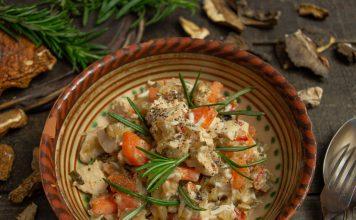 Деревенский салат с курицей и жареными грибами