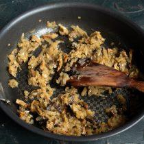 Готовим грибы с луком, в конце солим по вкусу