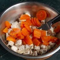 Морковь нарезаем толстыми ломтиками, добавляем к курице