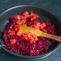 Нарезаем кубиками помидоры, добавляем в сковородку