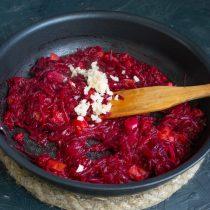 Обжариваем овощи ещё 7 минут, добавляем измельченный чеснок