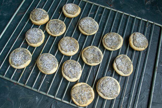 Домашнее печенье с маком готово