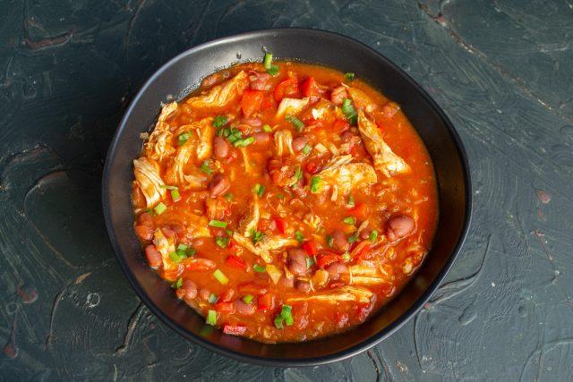 Густой томатный суп с курицей и фасолью готов