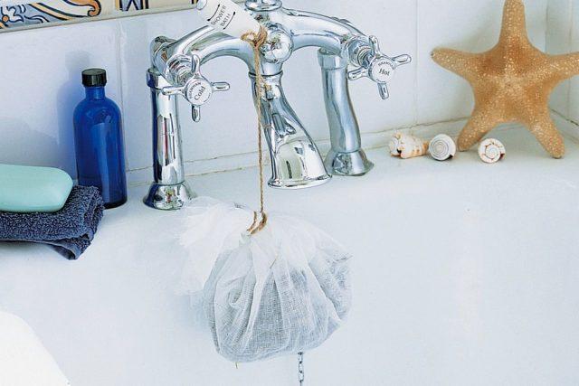 Закрепите саше с лавандой под краном ванны, чтобы через него могла течь горячая вода