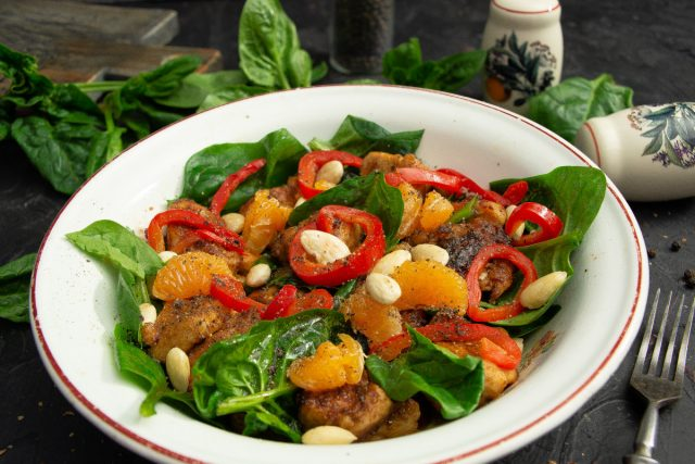 Лёгкий салат с курицей и шпинатом