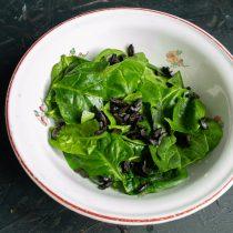 Кладём шпинат в салатник
