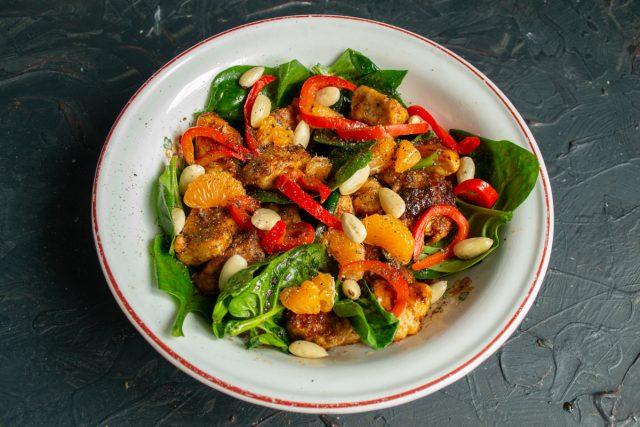Лёгкий салат с курицей и шпинатом готов