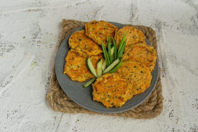 Вегетарианские оладьи из чечевицы с кабачком готовы