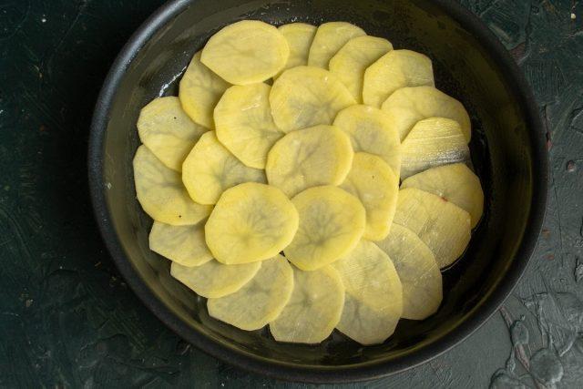 Выкладываем тонкий слой картофеля