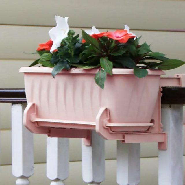 Пластиковый кронштейн в комплекте с балконным ящиком