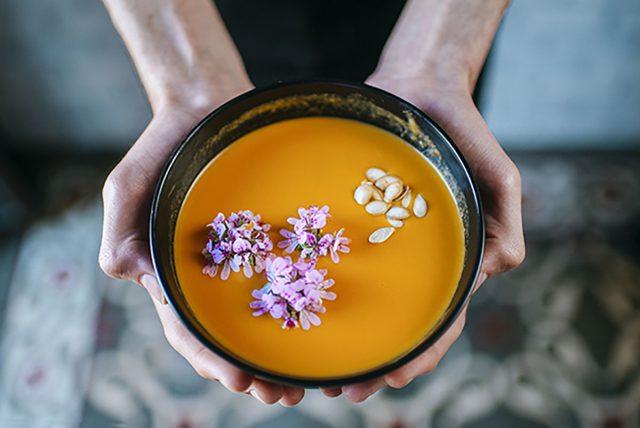 Суп, приправленный яркими цветами