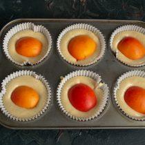 В каждый кекс кладём половинку абрикоса срезом вниз