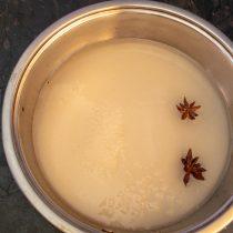 Насыпаем в кастрюлю сахар, добавляем воду и бадьян