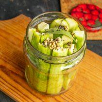 На овощи кладём лавровый лист, насыпаем зёрна черной горчицы и семена кориандра