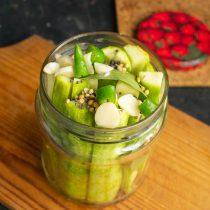 Добавляем нарезанный чили и чесночные слайсы к остальным ингредиентам
