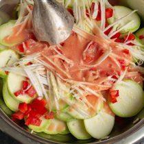 Добавляем нарезанный сельдерей и пюре из помидоров к остальным ингредиентам