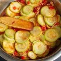 Перемешиваем овощи с приправами, нагреваем до кипения, после закипания готовим салат 9-11 минут