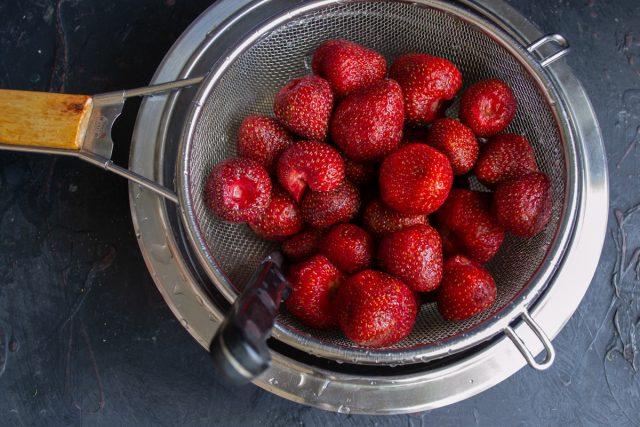 Очищенные ягоды промываем проточной холодной водой