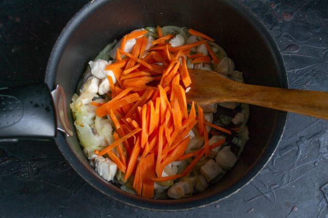 Кладём в кастрюлю нарезанную морковку