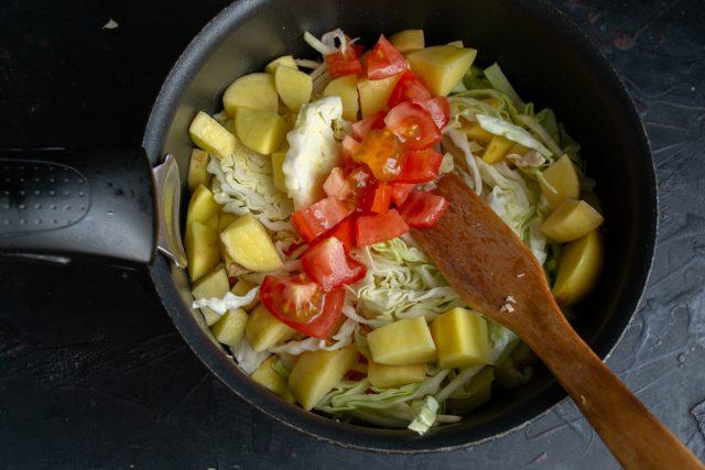 Нарезаем помидор кубиками или добавляем томатную пасту