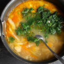 Через полчаса кладём в суп крапиву