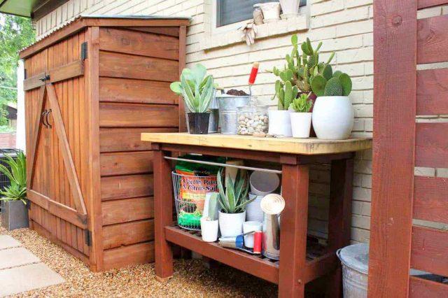На боковом дворе можно соорудить аккуратное место для хранения садового инвентаря