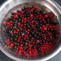 Промываем ягоды и перекладываем в дуршлаг