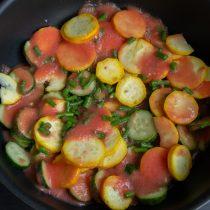 Помидоры измельчаем, добавляем к огурцам и кабачкам чесночные стрелки и томатное пюре