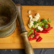 Кладём чили и чеснок в ступу, добавляем соль и растираем всё в кашицу