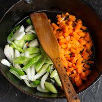 Обжариваем морковь с зелёным луком
