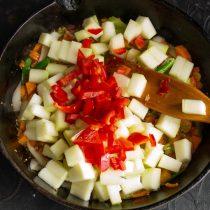 Нарезаем мякоть кабачков и перца, добавляем к овощам