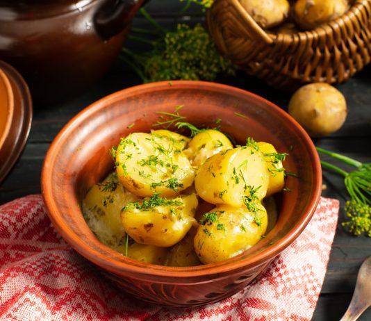 Молодая картошка в горшочке со сливочным соусом