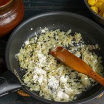 Добавляем пшеничную муку, обжариваем с луком до золотистого цвета