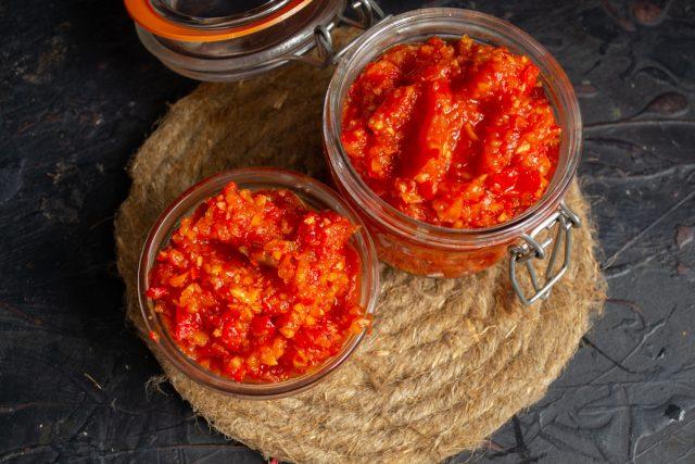 La adjika picante de pimienta y calabacín está lista para el invierno.