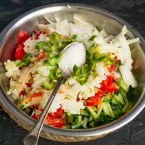 Посыпаем овощи солью, перемешиваем