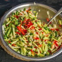 Оставляем овощи с солью на 2 часа