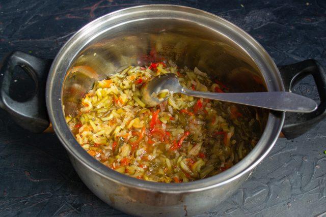 Перекладываем овощи в кастрюлю с уксусом, нагреваем до кипения и готовим 15 минут