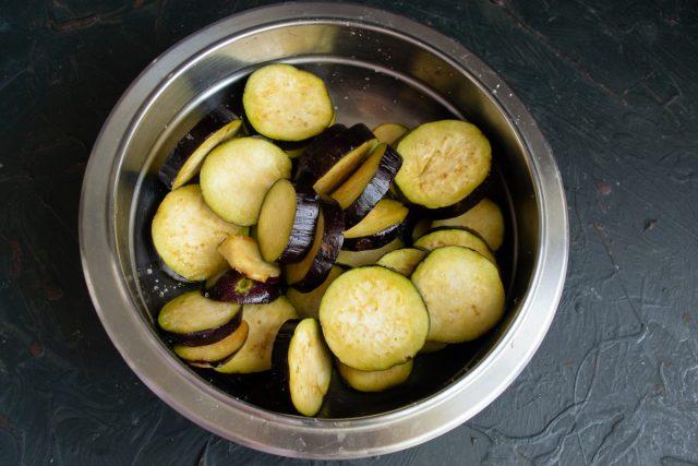 Poner las berenjenas picadas en un bol, sal, mezclar y dejar por 30 minutos.