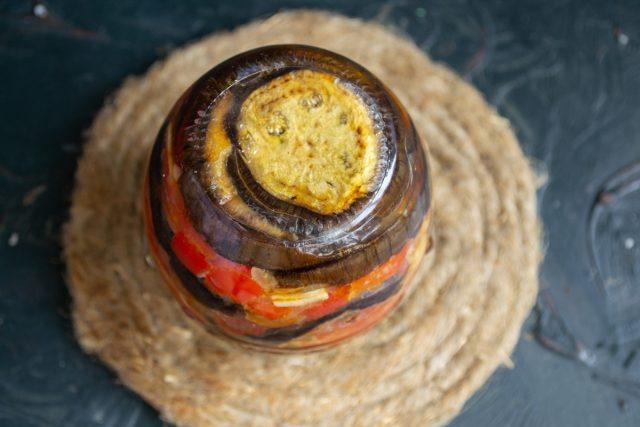 La ensalada de berenjena con salsa de verduras para el invierno está lista.