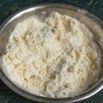 Сливочное масло нарезаем, добавляем к сухим ингредиентам и растираем, немного масла оставляем для начинки