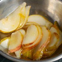 Нарезаем груши, добавляем лимонный сок, лимонную цедру и мёд, перемешиваем