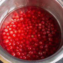 Нагреваем ягоды с водой почти до кипения