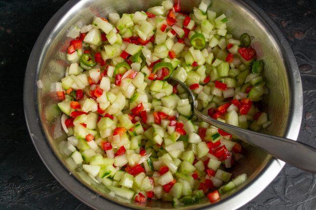 Хорошо перемешиваем овощи с сахаром и солью